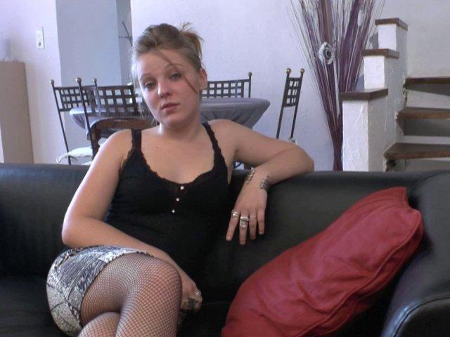 Une amatrice de 19 ans, goûte au sexe devant la caméra