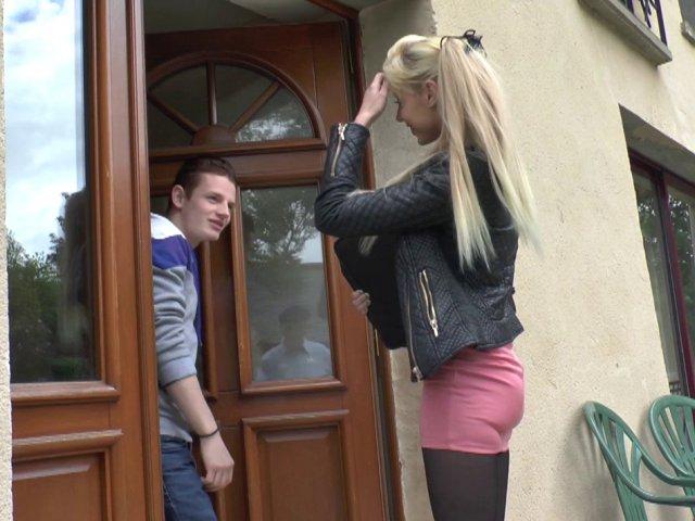 Une étudiante nympho, se fait copieusement sodomiser