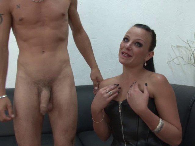Femme sexy se frotte à deux bites
