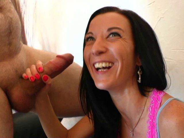 Tania et sa petite rondelle serrée vont déguster